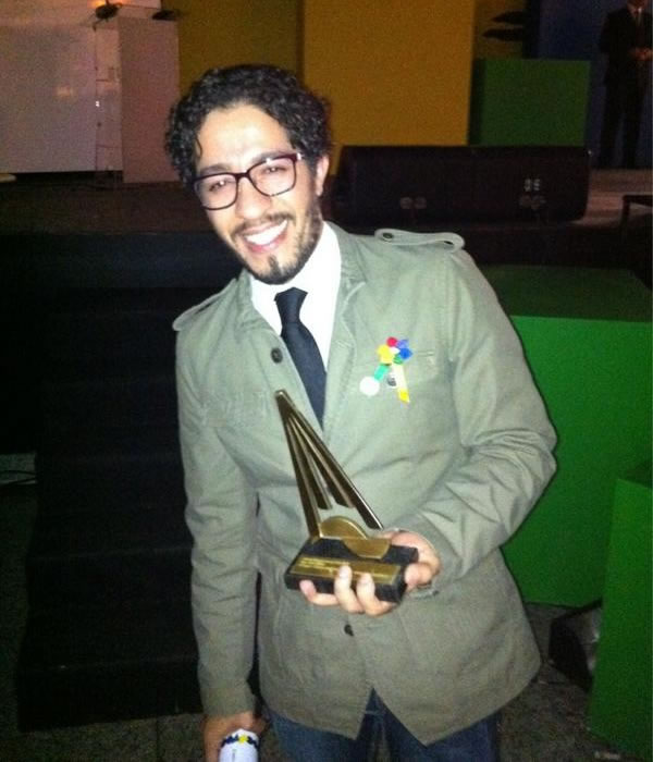 Jean Wyllys com o prêmio (Foto: Reprodução/Twitter)