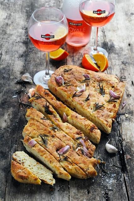 Petit apéro à l'italienne, focaccia toute parfumée jambon, ail, tomate séchée et romarin et Martini Royale…