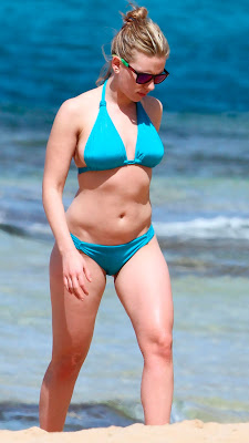 Scarlett Johansson in blue bikini, candid pic 5
