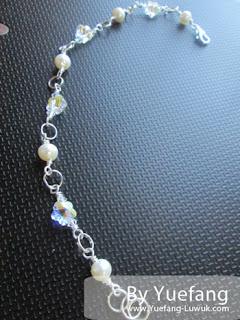 Flowery_bracelet_display_on_notebook