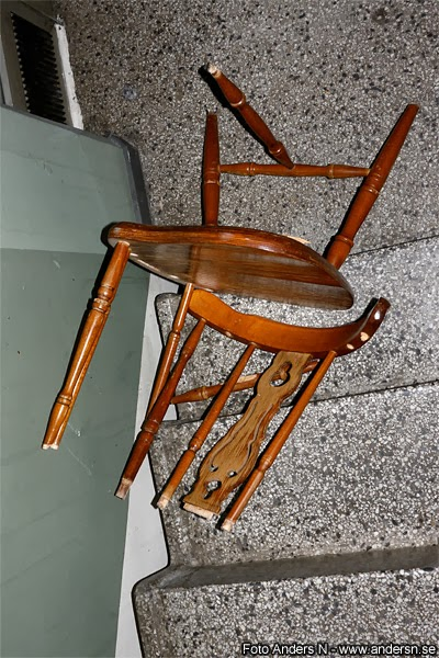 trasig stol, broken chair, pinnstol, trilla i trappan, fallen down the stairs