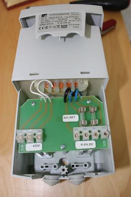 Ta bort plastlocket och du ser inkopplingsmöjligheterna. Bla syns det två 1.4A säkringar på sekundärsidan.