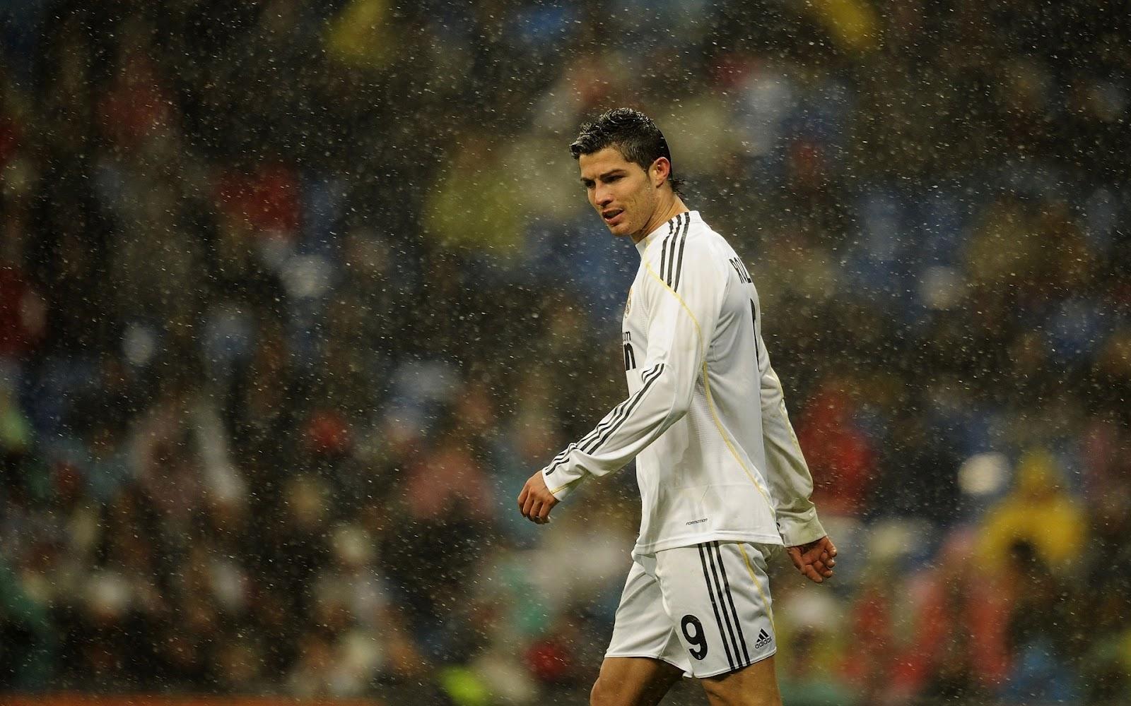 http://2.bp.blogspot.com/-IK7RiNAsgNA/TzNEuqTT6xI/AAAAAAAAAwc/ZzcQvMKYBaE/s1600/cristiano+Ronaldo+in+rain.jpg