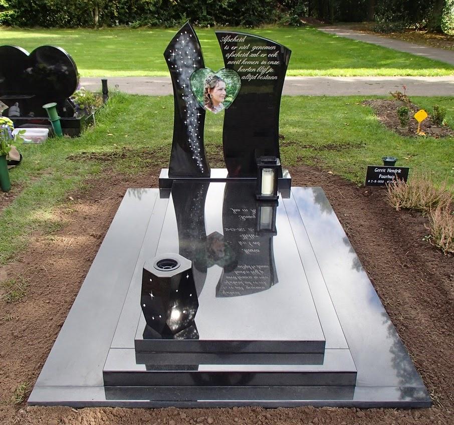 Grafsteen met Swarovski kristalletjes verwerkt op de linker zuil en op de vaas vooraan