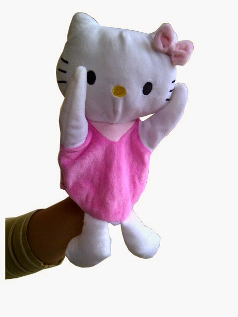 Kado ulang tahun berupa boneka tangan Hello Kitty.