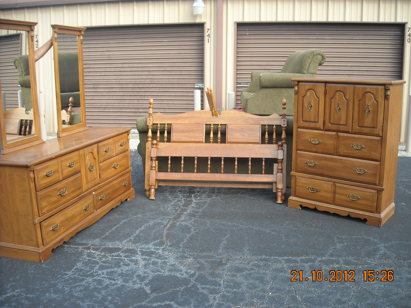 jonesboro sale oak early american queen size 4 piece bedroom suite. Black Bedroom Furniture Sets. Home Design Ideas