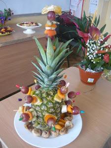 Aranjamente cu fructe si flori