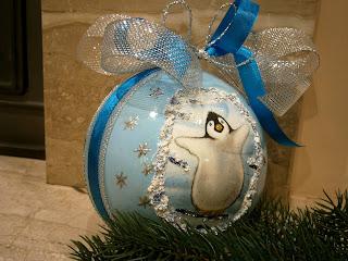 Bombka wykonana techniką decoupage, niebieska, z motywem pingwina