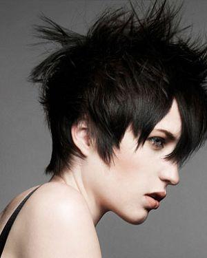 Ve uzun saç kesimi tercih eden emolar saç renkleri konusunda ise bir