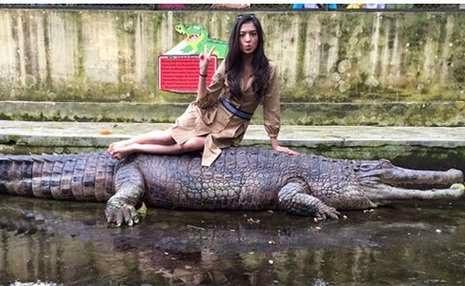Raline Shah yang berpose di atas buaya di Taman Satwa Pematang Siantar