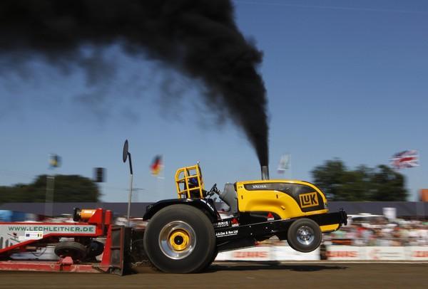 SEBUAH traktor yang diubah suai beraksi pada pertandingan traktor di bandar Fuechtorf, Jerman kelmarin.