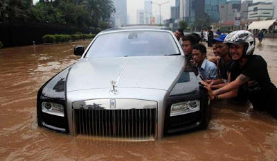 Rolls-Royce Ghost parcialmente submerso na Indonésia