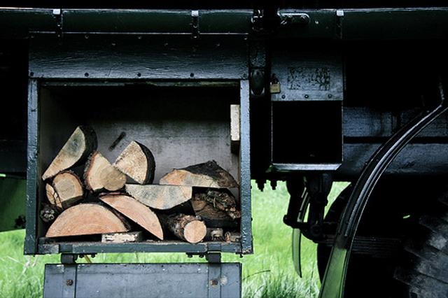 Malucos transformam caminhão de bombeiro antigo em casa