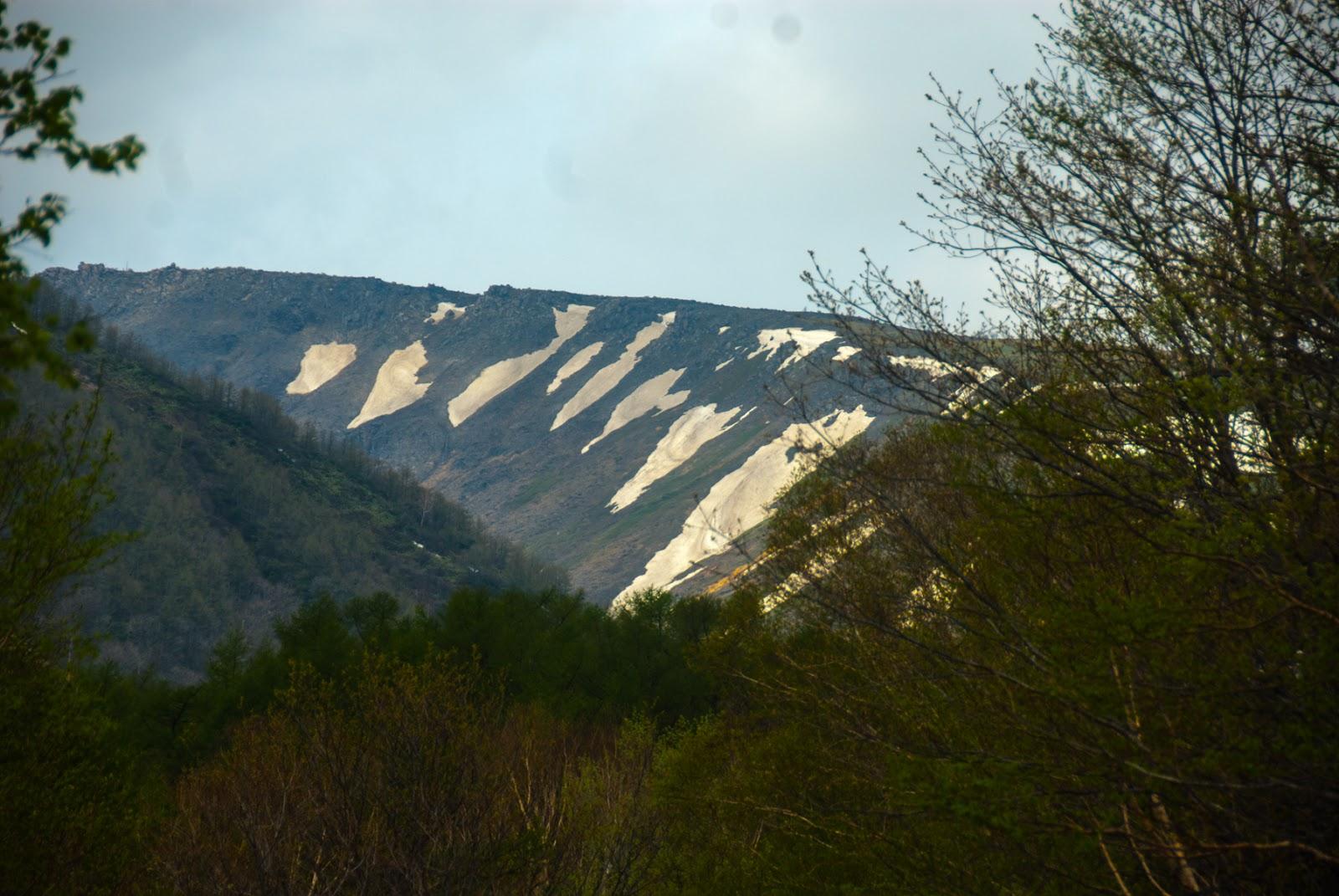 雪が残った山