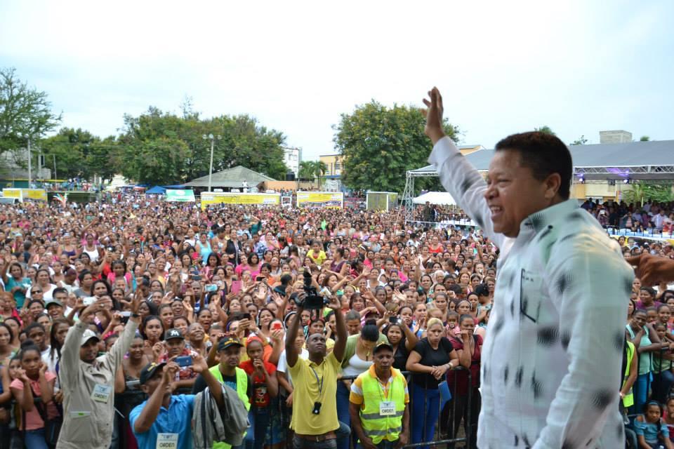 Monchy rodr guez re ne miles de madres para celebrar su for Comedores baratos en santiago