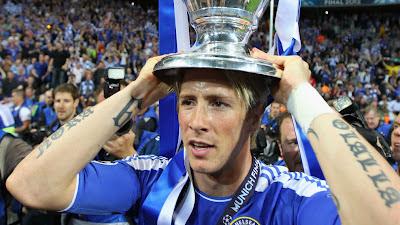Torres mengangkat piala