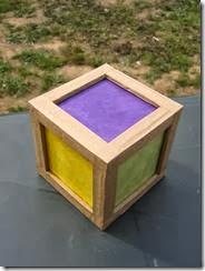 lampe de chevet en bois coloré, fait maison, étudiant