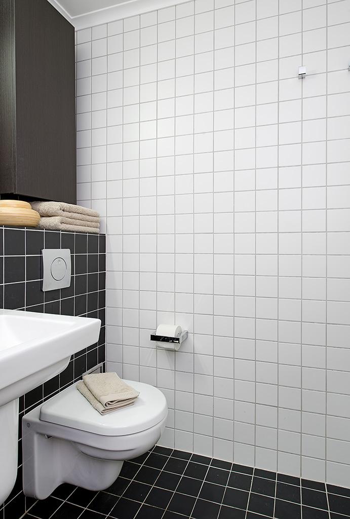 Bidet Para Baños Pequenos:elegante cuarto de baño combinando el color blanco con el negro Para