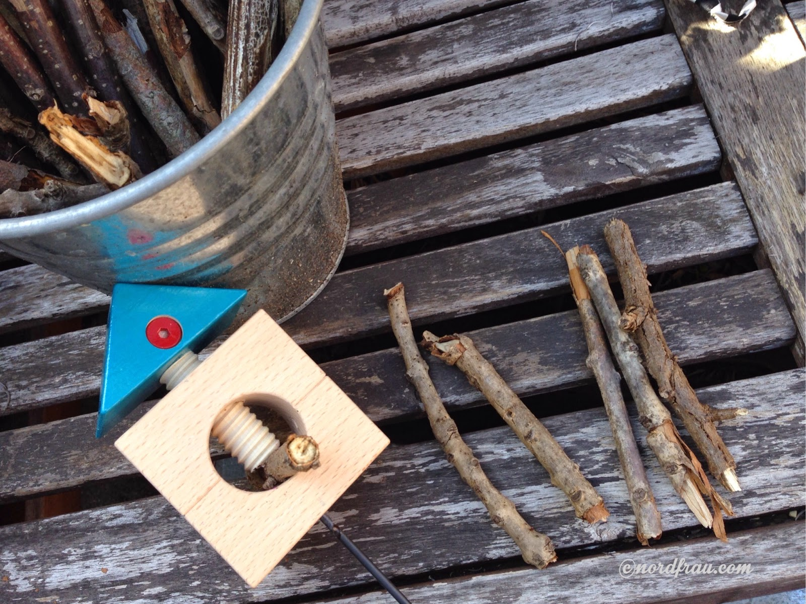 mit Kastanienbohrer Löcher in Stöckchen bohren