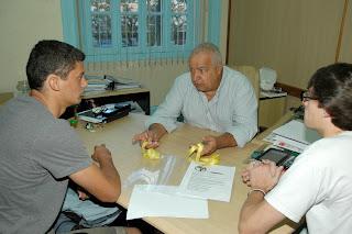 Com o Secretário de Governo e Coordenação, José Carlos Cunha, Bruno Brasil e Yuri Carreiro conversam sobre o Campeonato Estadual que disputaram