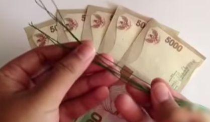 Gambar seni origami melipat uang kertas