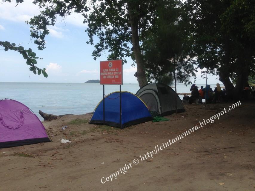 khemah-khemah di hadapan pantai