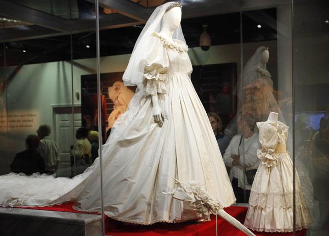 Display wedding dress cake and bp for How to display a wedding dress