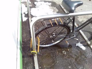 rower przypięty za tylne koło