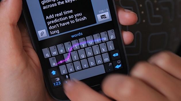 SwiftKey Flow usa la tecnología Gesture Typing, originaria de Swipe y ahora presente nativamente en el teclado de Android 4.2, que acompañada de la funcionalidad Flow Through Space, permiten escribir oraciones completas sin tener que levantar el dedo del teclado solamente debes deslizar tus dedos por la barra espaciadora cada vez que escribas una palabra. Recuerda que la puedes descarga gratis a tu smartphone o tablet y que es una versión beta que tiene muchos errores pero que se puede usar para probar estas nuevas tecnologías de SwiftKey Flow cuya versión final y estable saldrá como aplicación de pago en