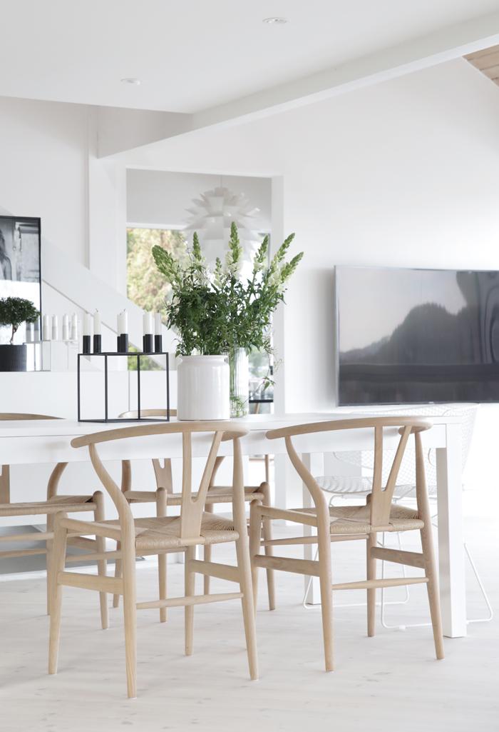 inspiracion-deco-salon-nordico-blanco-negro-madera-sillas-ch24-hans-wegner
