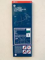 Primera senyal informativa del nou itinerari SL-C 53 a la Plaça de l'Ajuntament