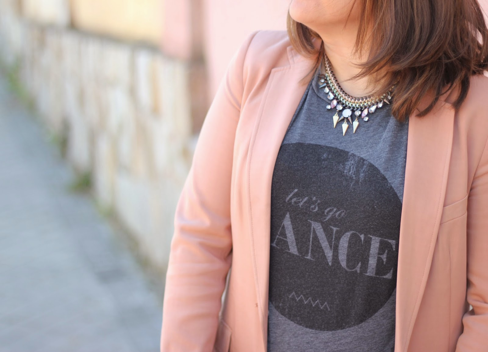 photo_look_street-style_nude-blazer_dance-tshirt_black-skirt