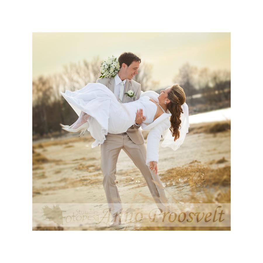 pulmafoto, pruutpaar rannas, russalka lähedal