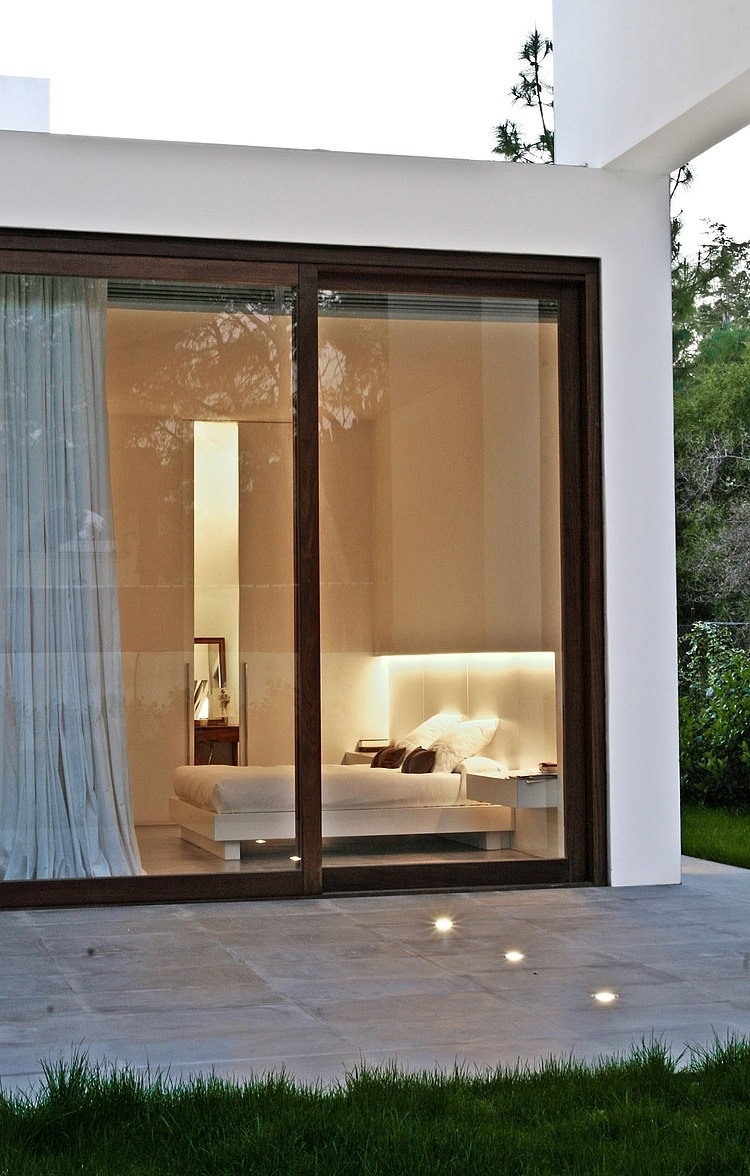 el arquitecto ha tratado de ofrecer a cada habitacin un carcter diferente la transicin interior exterior es muy importante para conseguirlo
