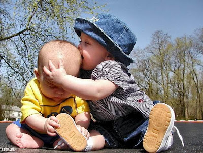 Cute Babies Kissing pictures to download