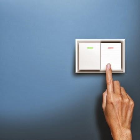 Imagen que feleja el accionamiento de un interruptor de alumbrado