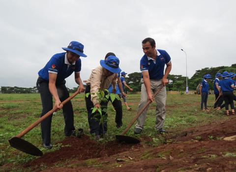 MC Quyền Linh cùng sơn Spec trồng cây xanh ở Gia Lai
