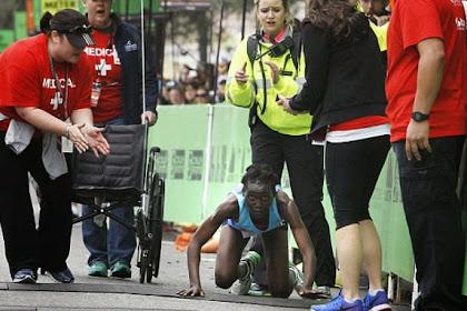 Pelari Maraton Wanita Selesaikan Lomba dengan Merangkak