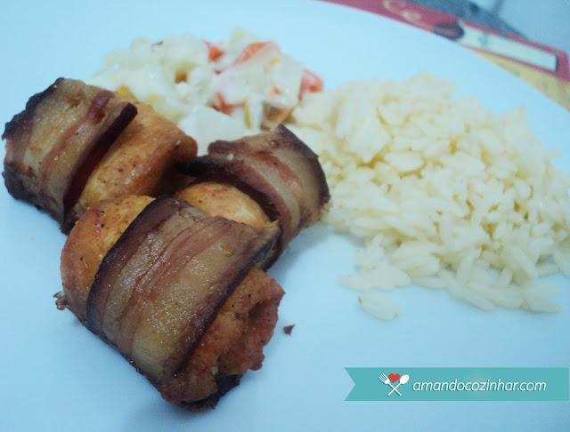 Enroladinho de frango com bacon no forno