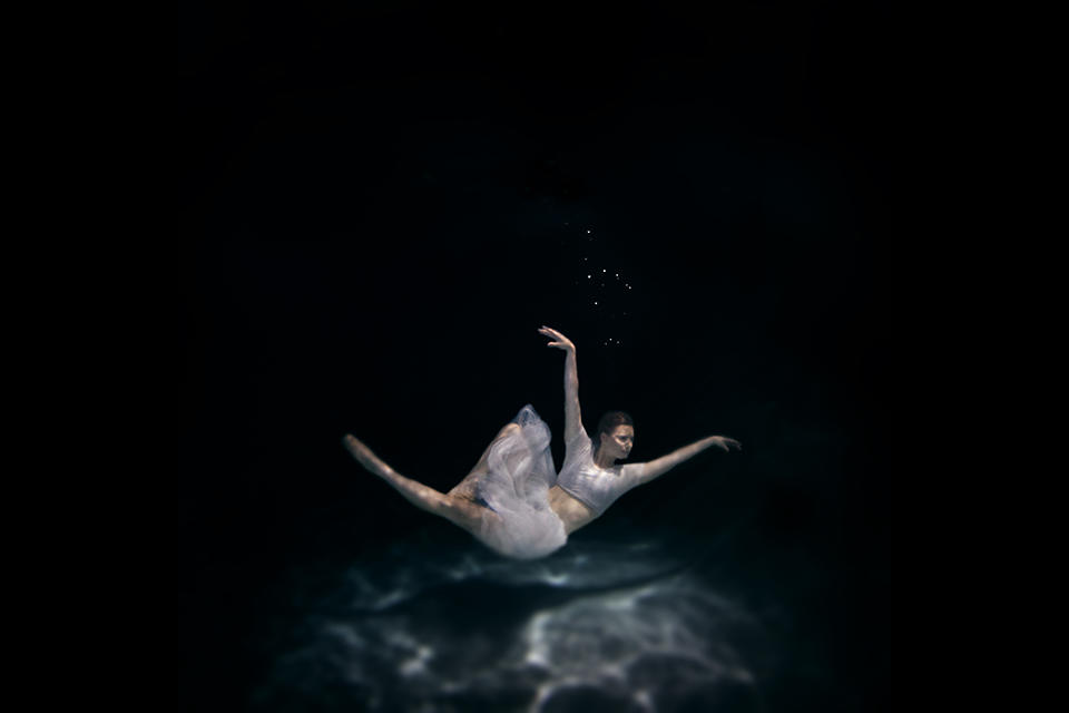 19-Under-Water-3-Jenna-Martin-Surreal-Photographs-with-Underwater-Shots-www-designstack-co