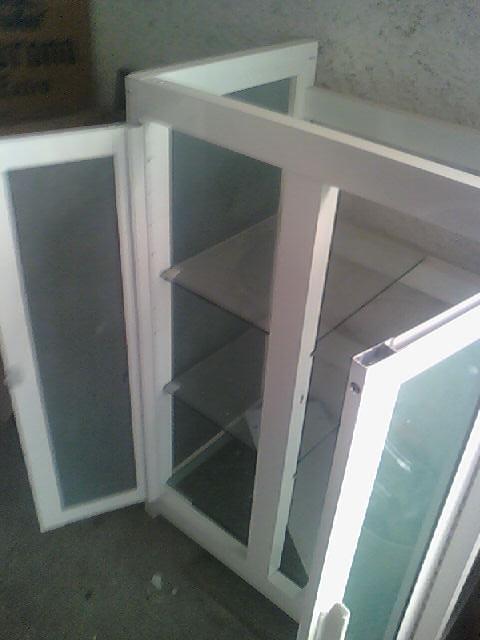 Vidrier a palo solo vitrinas for Barandales de aluminio blanco