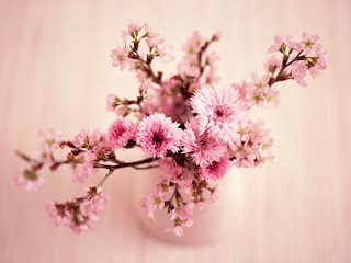 flores romanticas en jarron de ceramica