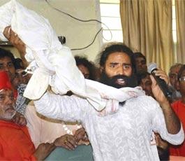 baba ramdev, निर्वाचन आयोग ने बाबा रामदेव के योगा केम्प के आयोजन को दी सशर्त अनुमति