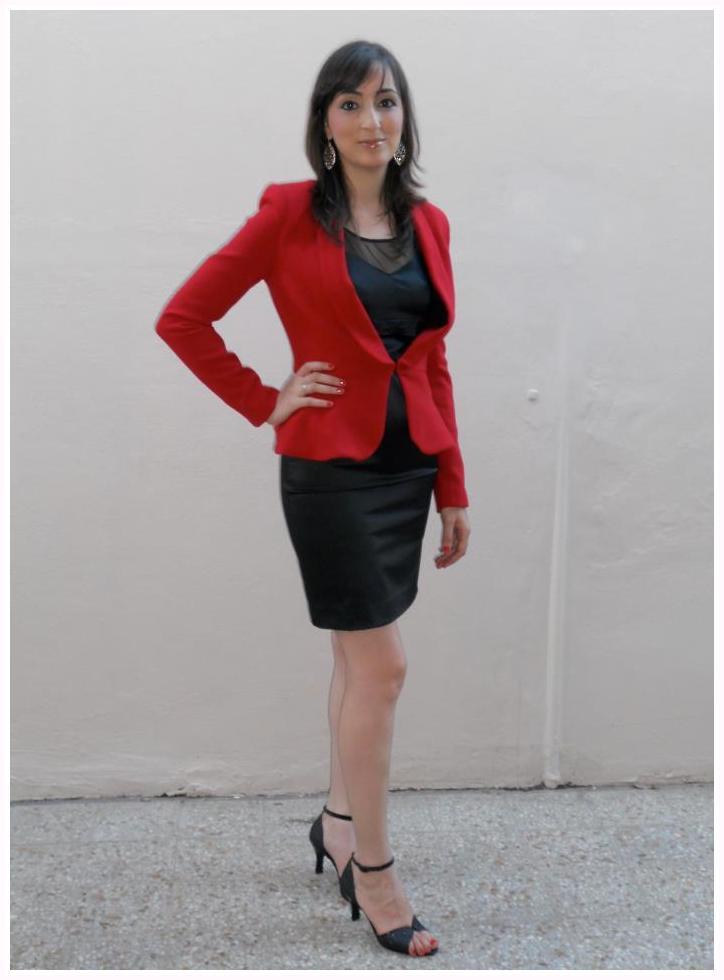 Vestido negro con blazer rojo