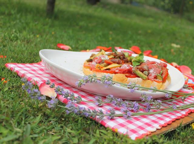 frisella con spadellata di verdure e carpaccio di manzo