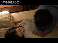 Kakak yang nakal suka ganggu adenya tidur