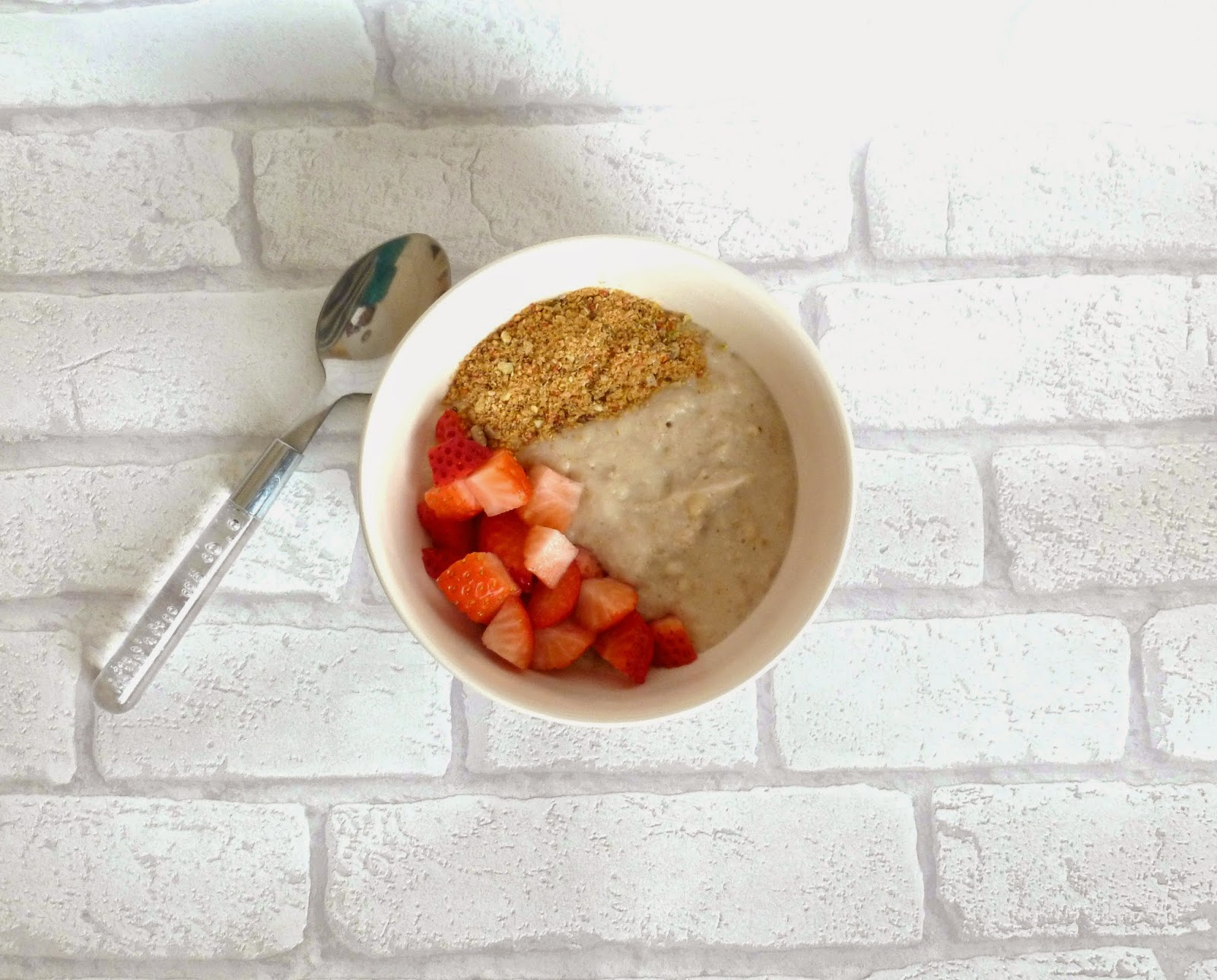 Healthy banana porridge topped with strawberries