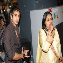 Shahid pays 'Mausam' tribute to Stepmom Supriya