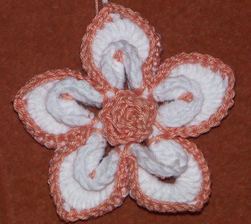 Красивый и простой вязанный цветок крючком на шапку брошь