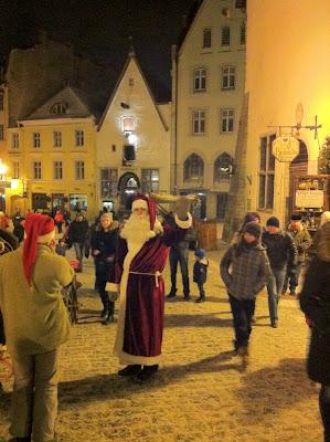 Le Pere Noel dans les rues de Tallinn